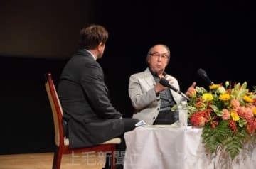 創作の苦労や本県での記者時代の思い出を語る横山さん(右)