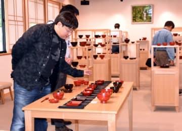 滴生舎で漆器を見学する参加者