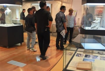 金栗四三関連の収蔵品を展示する玉名市立歴史博物館の企画展=18日、玉名市