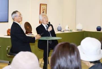 人間国宝の陶芸家・伊藤赤水さん(右)によるギャラリートーク=18日、新潟市中央区