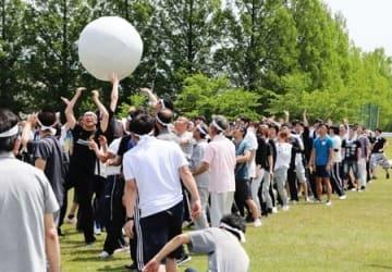 約800人の社員が競技に汗を流したダイニチ工業の社内運動会=18日、新潟市南区