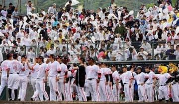 雨の中、試合終了まで熱い声援を送ったファンら。下は勝利を喜ぶソフトバンクの選手たち=18日、熊本市中央区のリブワーク藤崎台球場(小野宏明)