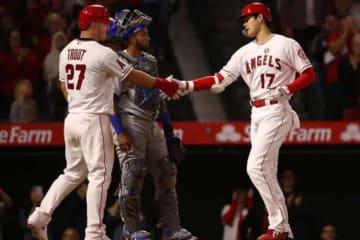 第3打席に今季2号本塁打を放ったエンゼルス・大谷翔平(右)【写真:Getty Images】