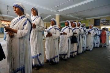 19日、インド・コルカタの投票所で、投票のため並んだ「神の愛の宣教者会」の修道女ら(ロイター=共同)