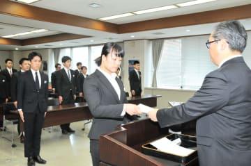 指定書を受け取るリクルーターの代表者(中央)