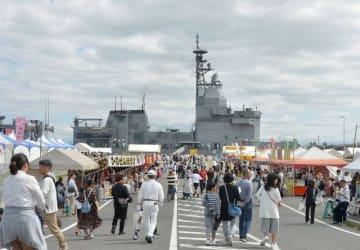 海自艦が来艦し多彩な催しを繰り広げた前回の「たまの・港フェスティバル」=2018年5月19日