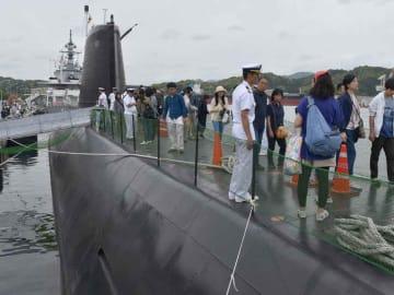 潜水艦「くろしお」の上甲板を歩く来場者(京都府舞鶴市)