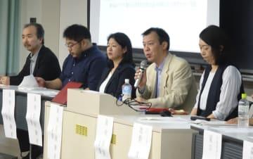 裁判員制度スタートから10年となるのを前に開かれたシンポジウムで、発言する裁判員経験者ら=19日午後、東京都渋谷区