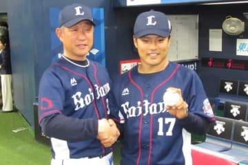 プロ初勝利を挙げた西武・松本航(右)と辻監督【写真:安藤かなみ】