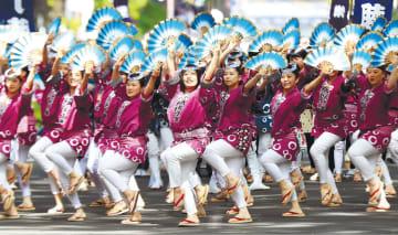 息を合わせて軽快に舞うすずめ踊りの踊り手たち=18日午後1時50分ごろ、仙台市青葉区の定禅寺通