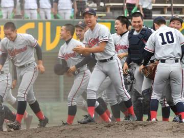 初優勝を飾り喜ぶ京都国際ナイン(19日、わかさスタジアム京都)