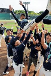 全国大会で3連覇し、胴上げされる神戸コスモスの吉田聡子主将=神戸市須磨区緑台