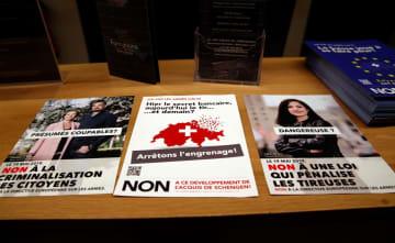 銃規制強化を問うスイス国民投票に反対するよう呼び掛けるビラ=16日、スイス西部ジュネーブ(ロイター=共同)