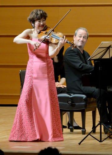 巧みな演奏で聴衆を引きつけた大谷さん(左)とゴランさん=19日午後、宮崎市・宮崎市民プラザ・オルブライトホール