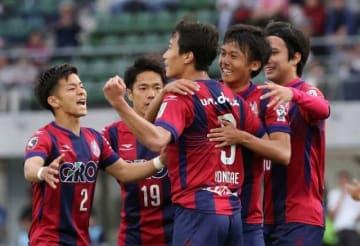 後半9分、決勝点となるPKを決めたイ・ヨンジェ(中央)に駆け寄るファジアーノ岡山の選手たち=シティライトスタジアム