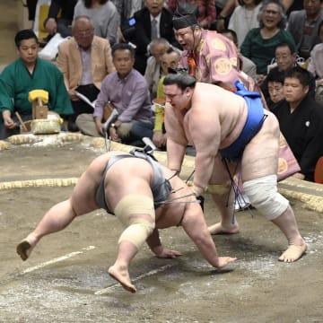 貴景勝(左)がはたき込みで碧山に敗れる=両国国技館