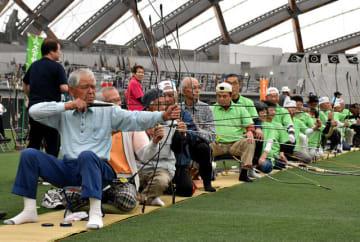 集中して的を狙う四半的弓道の選手=19日午前、宮崎市・KIRISHIMA木の花ドーム