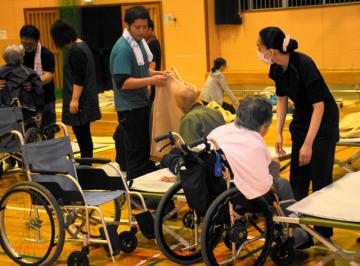 本城川の氾濫に備えて避難した高齢者ら=19日午後8時、串間市の旧本城中体育館