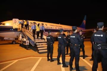 湖北省公安庁、ベトナムからチャーター機で容疑者15人を護送