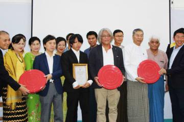フィルム保存ケースの寄贈式典に参加した日本とミャンマーの関係者=16日、ヤンゴン(NNA)