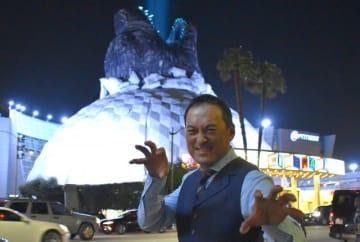 アメリカは一気に『ゴジラ』ムード! ハリウッドのシネコン「アークライトシネマ」屋根のゴジラヘッドをバックに