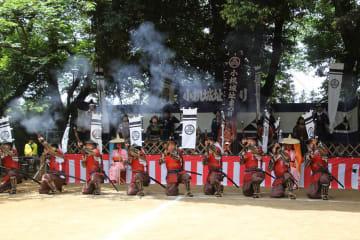 鉄砲隊も登場して盛り上げた小机城址まつりの武者出陣式=横浜市港北区、小机城址市民の森本丸広場