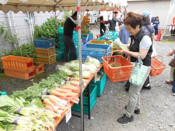 1番人気だった地場野菜の直売コーナー =大和市福田の桜ケ丘駅東口
