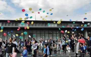 願い事を書いた風船を飛ばす町民