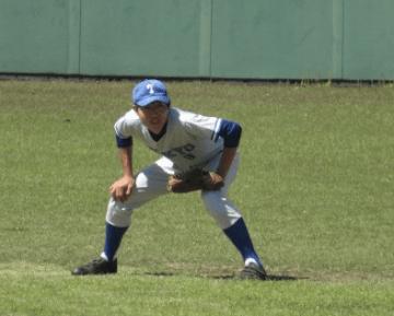 この日も安打を放ち、プレーでチームを引っ張った川﨑(経・4年)(写真は軟式野球部)