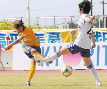 仙台―新潟 後半43分、仙台の隅田(左)がミドルシュートを決め、1―1とする
