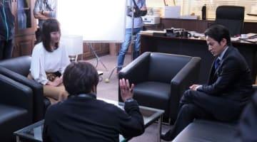 岡田准一さん主演のスペシャルドラマ「白い巨塔」に出演する島本真衣アナウンサー(左)=テレビ朝日提供