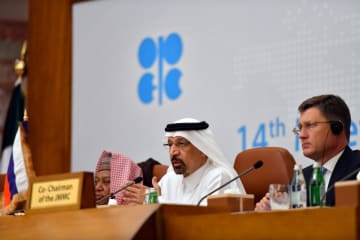 19日、減産監視委員会後に記者会見するサウジアラビアのファリハ・エネルギー産業鉱物資源相(中央)=サウジ西部ジッダ(ロイター=共同)