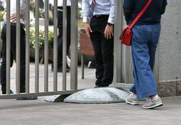 説明会の参加者を案内する教員ら=19日午後、尼崎市上ノ島町1、市立尼崎高校
