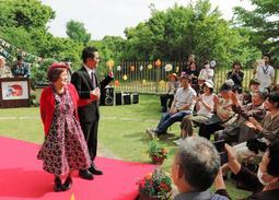 憧れの衣装に身を包み、ポーズを決める出演者=清華苑養力センター