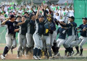 2季連続優勝を喜ぶ上武大=上武大野球場