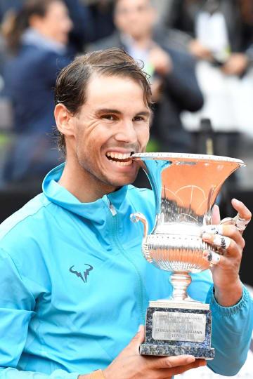 テニスのイタリア国際でジョコビッチを下し優勝トロフィーを手にするナダル=ローマ(ゲッティ=共同)