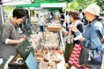 手作りのパンやコーヒーを求めて多くの人が足を運んだキトキトマルシェ=新庄市エコロジーガーデン