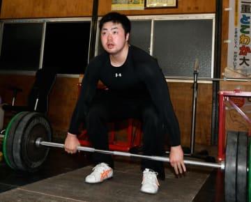 【勤務後、重量挙げの練習に取り組む岩崎選手=四日市市内で】