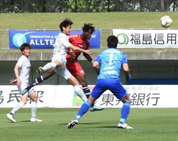 【福島ユナイテッドFC―AC長野パルセイロ】後半33分にヘディングシュートを決める福島Uのイスマイラ(中央奥)