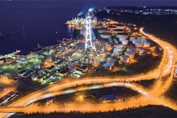 JXTGエネルギー室蘭事業所の180メートル集合煙突や設備群、国道37号、白鳥台の住宅街を一枚にまとめた佐藤さんの写真