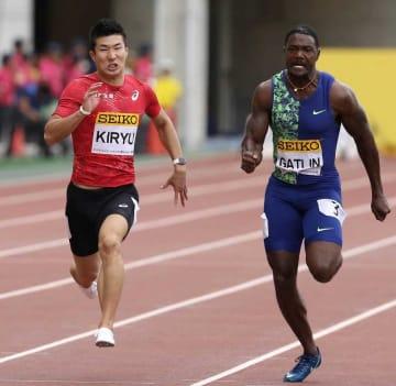 男子100メートル 優勝したガトリン(右)と競り合い、10秒01で2位になった桐生=ヤンマースタジアム長居