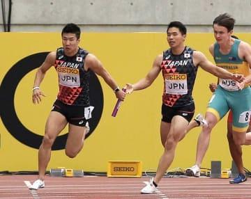 男子400メートルリレー 3走小池からバトンを受け取り、走り出すアンカーの桐生(左)=ヤンマースタジアム長居 撮影・薄田和彦