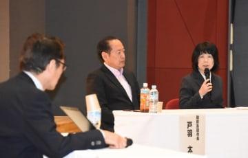 意見交換する(右から)西條一恵施設長と戸羽太市長、藤井克徳さん