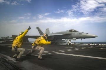 16日、ペルシャ湾上の米空母エーブラハム・リンカーンから発艦するF18戦闘機(米海軍提供・AP=共同)