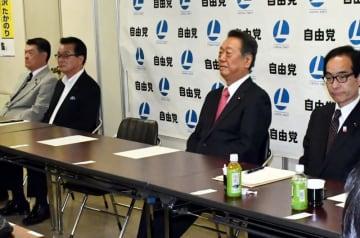 自由党県連の総務会に臨む小沢一郎代表(右から2人目)ら