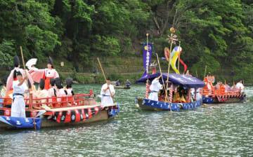 平安時代の船遊びを再現した「三船祭」(19日午後2時7分、京都市右京区・渡月橋上流)=撮影・熊谷修