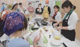「北海道野菜を盛り上げ隊」メンバー2人の説明を聞く参加者