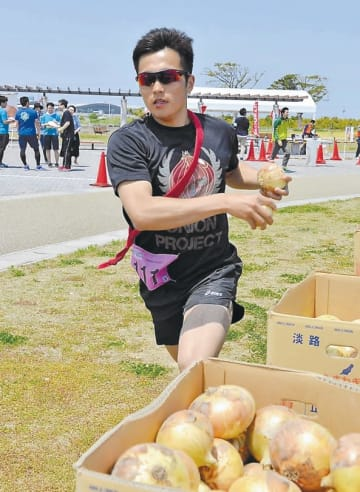 淡路島特産のタマネギを手に走るランナー