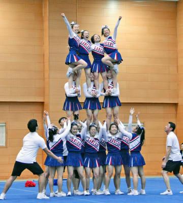 県高校総体のチアリーディング競技で初代チャンピオンに輝いた住吉高校の演技=横浜市港北区の日大高校