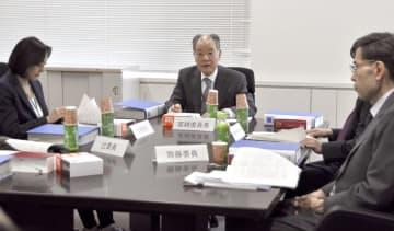 総務省で開かれた「国地方係争処理委員会」の初会合=20日午前
